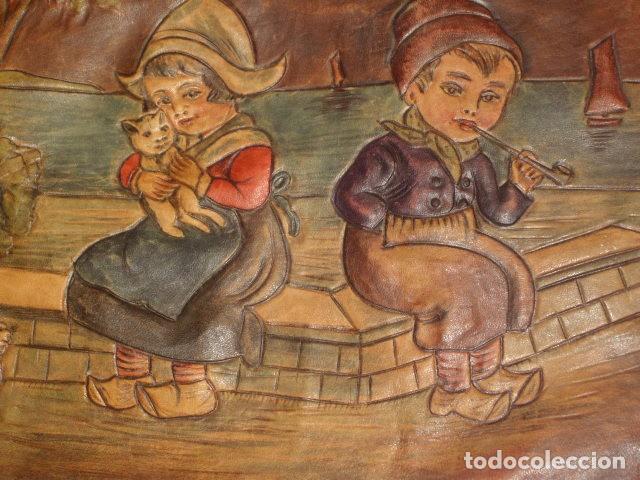 Antigüedades: BOLSO DE LA FALANGE ESPAÑOLA,AÑOS 40 - 50.PRECIOSOS DIBUJOS DE PRENSA EN RELIEVE.LEER DESCRIPCION. - Foto 10 - 146004434