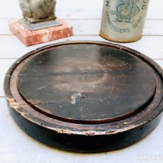 Antigüedades: ANTIGUA PEANA DE MADERA REDONDA REPISA CIRCULAR PARA RELOJ O FANAL URNA DE CRISTAL. Lote 146007961