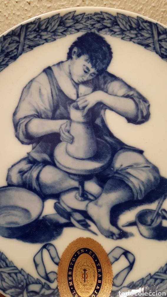 Antigüedades: PLATO DE PORCELANA SANTA CLARA. AL MERITO EN EL TRABAJO. AÑO 1974 - Foto 3 - 146044197