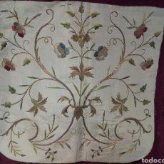 Antigüedades: CAPILLO DE SEDA BORDADA CON HILOS DE ORO. Lote 146077204