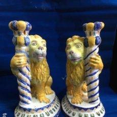 Antigüedades: 2 CANDELEROS PALMATORIAS MUY ANTIGUOS DE LEÓN, DE CERÁMICA TALAVERA MANISES TRIANA MAIOLICA ITALIA ?. Lote 146091534