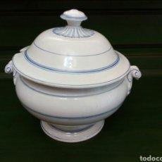Antigüedades: SOPERA DE LOZA ANTIGUA CON LA TAPA ESPORTILLADA Y PEGADA. Lote 146114306