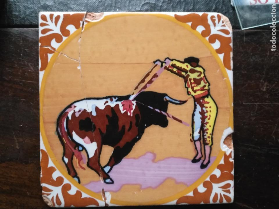 ANTIGUO AZULEJO PINTADO A MANO TAUROMAQUIA TORO TORERO MATADOR BANDERILLERO TOREO 15X15 CM SEVILLA ? (Antigüedades - Porcelanas y Cerámicas - Azulejos)