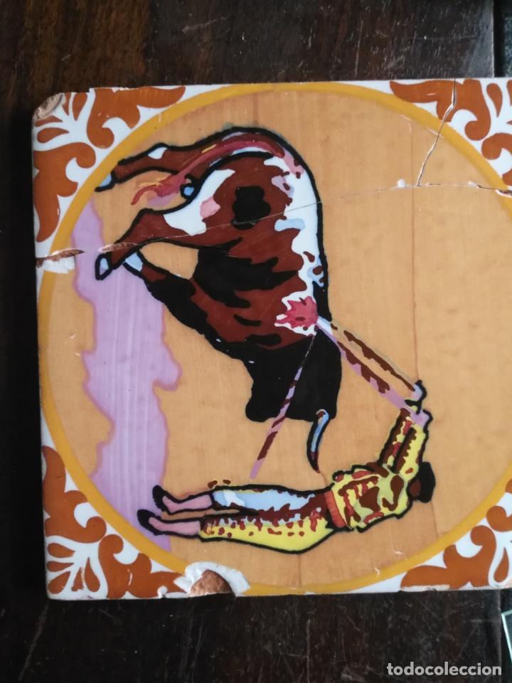 Antigüedades: antiguo azulejo pintado a mano tauromaquia toro torero matador banderillero toreo 15x15 cm sevilla ? - Foto 2 - 146201154