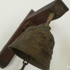Antigüedades: ANTIGUA CAMPANA DE BRONCE CON SÍMBOLOS DE EVANGELISTAS E INSCRIPCIÓN EN LATÍN.. Lote 146267950