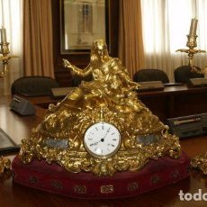 Antigüedades: RELOJ DE MESA CON GUARNICIÓN DE DOS CANDELABROS. Lote 146275178