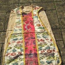 Antigüedades: ANTIGUA CASULLA SIGLO XVIII - BORDADOS FLORALES DE EPOCA . Lote 146311942