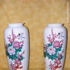 Antigüedades: PAREJA JARRONES CHINOS EN PORCELANA. Lote 146332046