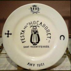 Antigüedades: ANTIGUO PLATO PARA COLGAR - FESTA DEL MOCADORET SANT VICENT FERRER 1961 ESCUDO VALENCIA - PORCELANA. Lote 146349934