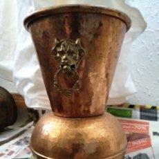 Antigüedades: JARRÓN ANTIGUO COBRE Y LATÓN. Lote 160844108