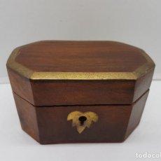 Antigüedades - Hermosa caja o cofre antiguo de madera con aplicaciones de bronce. - 146422850