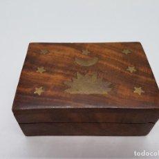 Antigüedades: BONITA CAJA ANTIGUA DE MADERA MACIZA CON APLICACIONES DE BRONCE, SOL, LUNA Y ESTRELLAS.. Lote 146427414