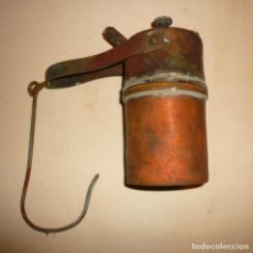 Antigüedades: CARBURERO VERTICAL CON ASA Y RESTO DE BOQUILLA, SIN TAPON. Lote 146430126
