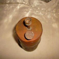 Antigüedades: CARBURERO DE METAL ALTO SIN ASA Y SIN TAPON. Lote 146432530