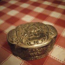 Antigüedades: PRECIOSA CAJA JOYERO DE METAL REPUJADO,FORRADO EN ROJO.. Lote 146445374