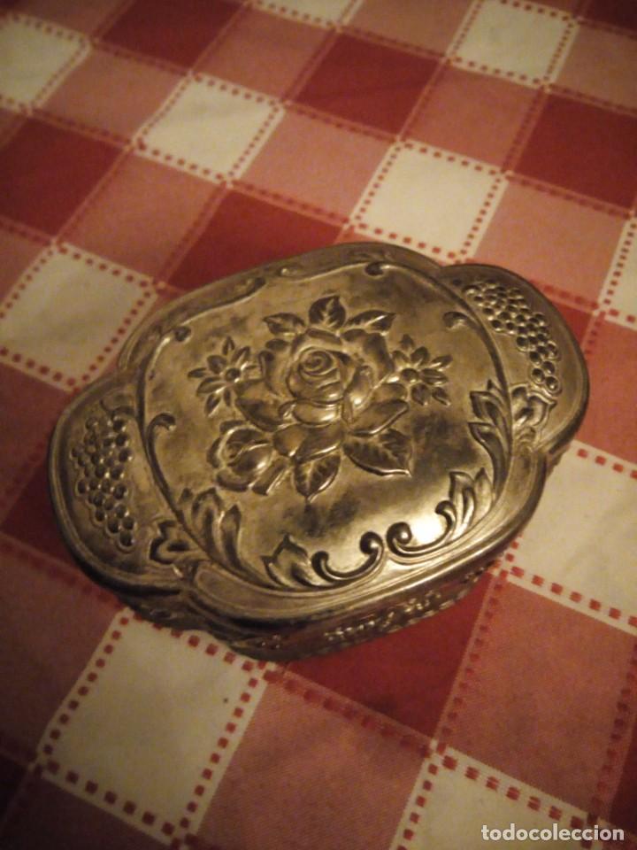 Antigüedades: Preciosa caja joyero de metal repujado,forrado en rojo. - Foto 2 - 146445374