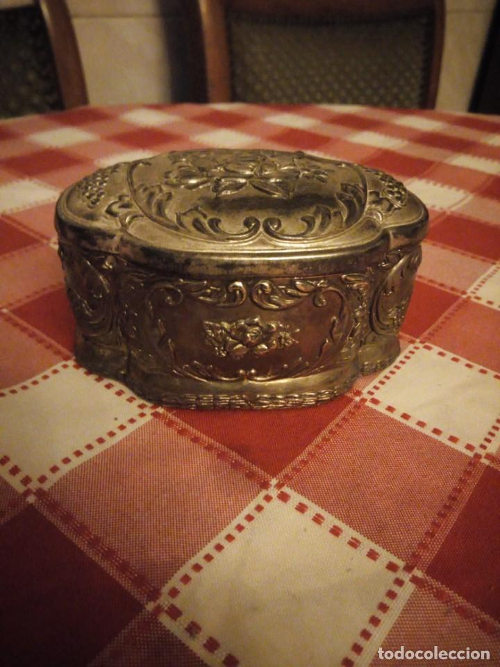 Antigüedades: Preciosa caja joyero de metal repujado,forrado en rojo. - Foto 3 - 146445374