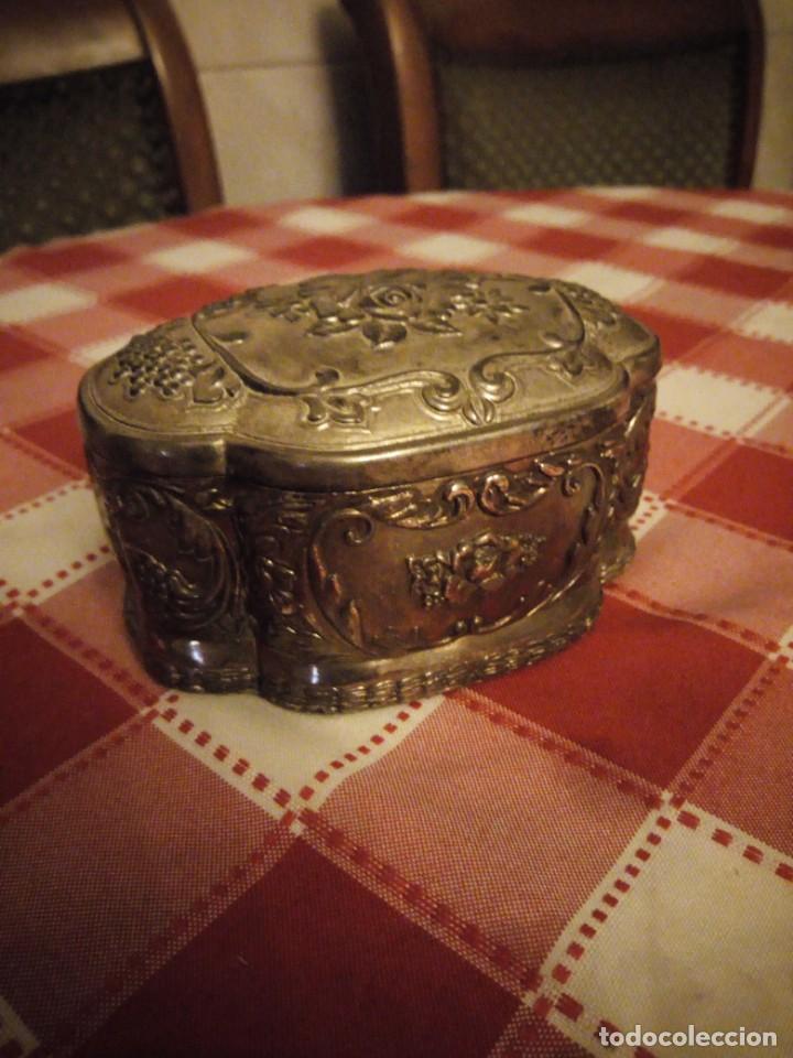 Antigüedades: Preciosa caja joyero de metal repujado,forrado en rojo. - Foto 4 - 146445374