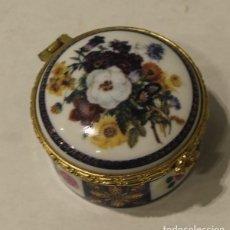 Antigüedades: CAJA PARA PASTILLAS, PORCELANA, CON BORDES DE METAL DORADO.. Lote 146456230