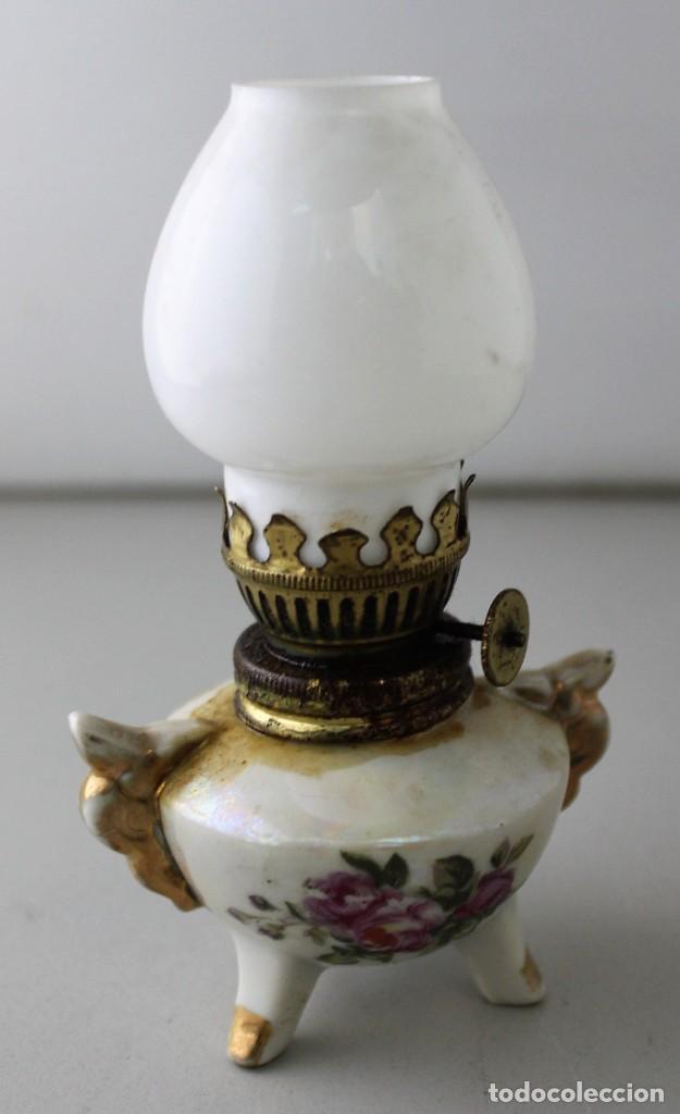 PEQUEÑO QUINQUÉ DE PORCELANA CON TULIPA DE OPALINA BLANCA. (Antigüedades - Iluminación - Quinqués Antiguos)