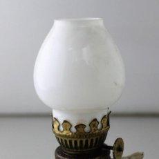 Antigüedades: PEQUEÑO QUINQUÉ DE PORCELANA CON TULIPA DE OPALINA BLANCA.. Lote 146484078