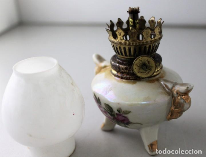 Antigüedades: Pequeño quinqué de porcelana con tulipa de opalina blanca. - Foto 2 - 146484078