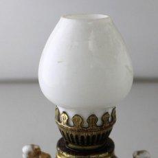 Antigüedades: PEQUEÑO QUINQUÉ DE PORCELANA CON TULIPA DE OPALINA BLANCA.. Lote 171674632