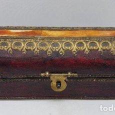 Antigüedades: CAJA ANTIGUA ORIENTAL CON APLICACIONES DE HUESO Y LATÓN. Lote 146523698