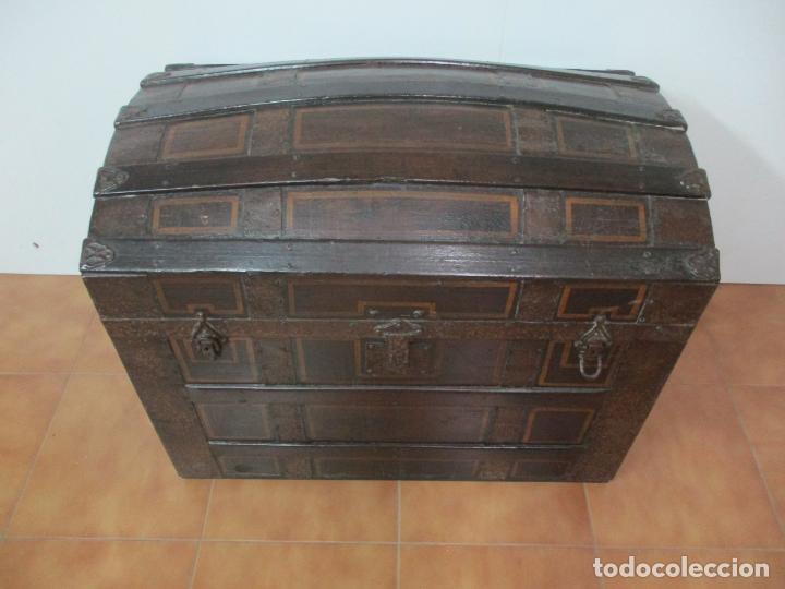 Antigüedades: Bonito Baúl Antiguo - Madera y Metal - Asas de Cuero - 77 cm Ancho - S. XIX - Foto 2 - 146531074
