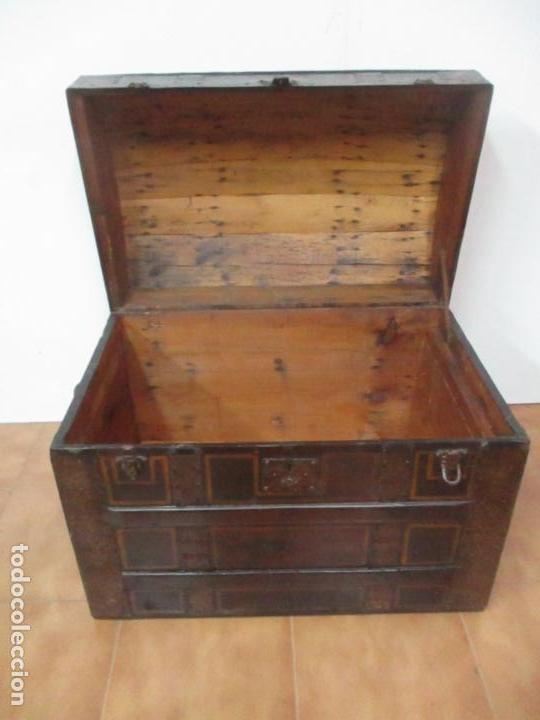 Antigüedades: Bonito Baúl Antiguo - Madera y Metal - Asas de Cuero - 77 cm Ancho - S. XIX - Foto 8 - 146531074