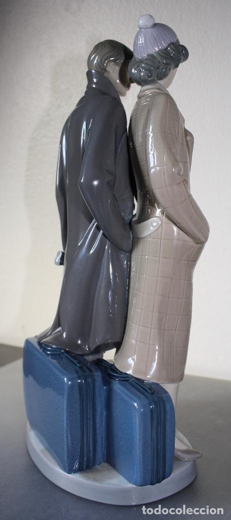 Antiques: Figura porcelana Lladro de pareja de viaje - Foto 2 - 146533510