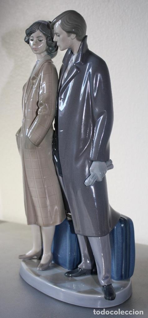 Antiques: Figura porcelana Lladro de pareja de viaje - Foto 4 - 146533510