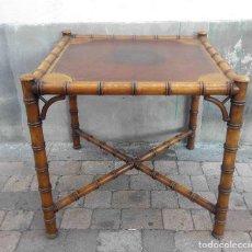 Antigüedades: MESA DE JUEGO ESTILO BAMBU TAPETE CUERO. Lote 146548758