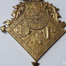 Antigüedades: MEDALLA EN BRONCE DORADO COFRADIA CRISTO AGONÍA VIRGEN SOLEDAD PARROQUIA SAN AGUSTÍN BARCELONA 1900. Lote 146595210