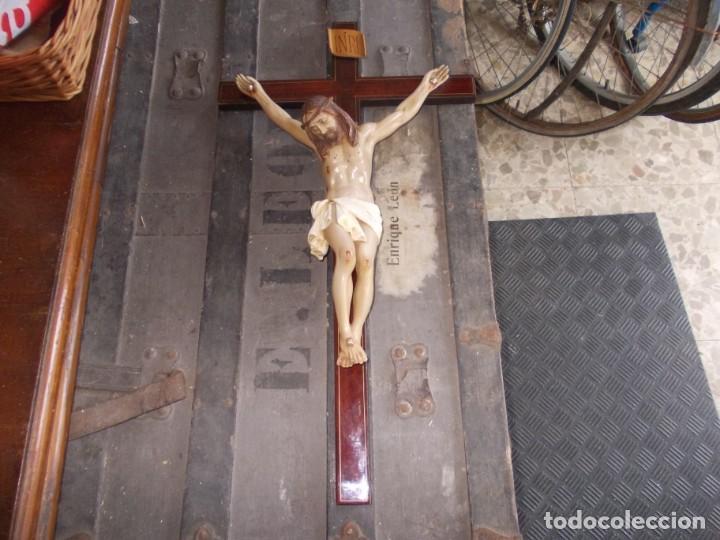 CRUCIFIJO, CRUZ EN MADERA MIDE 62X33 CM. Y CRISTO EN PLÁSTICO MIDE 30 CM. ALTO, TIENE BRAZO PEGADO (Antigüedades - Religiosas - Crucifijos Antiguos)