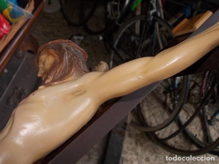 Antigüedades: Crucifijo, cruz en madera mide 62x33 cm. y Cristo en plástico mide 30 cm. alto, tiene brazo pegado - Foto 10 - 146616422