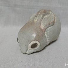 Antigüedades: EXCLUSIVA FIGURA CONEJO DE LA ESCULTORA ISABEL BLOOM . Lote 146618130