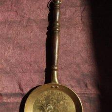 Antigüedades: ANTIGUA SARTEN. BRONCE, LATON , MOTIVO LABRADO HILANDERA. . MANGO MADERA TORNEADA.. Lote 146715034
