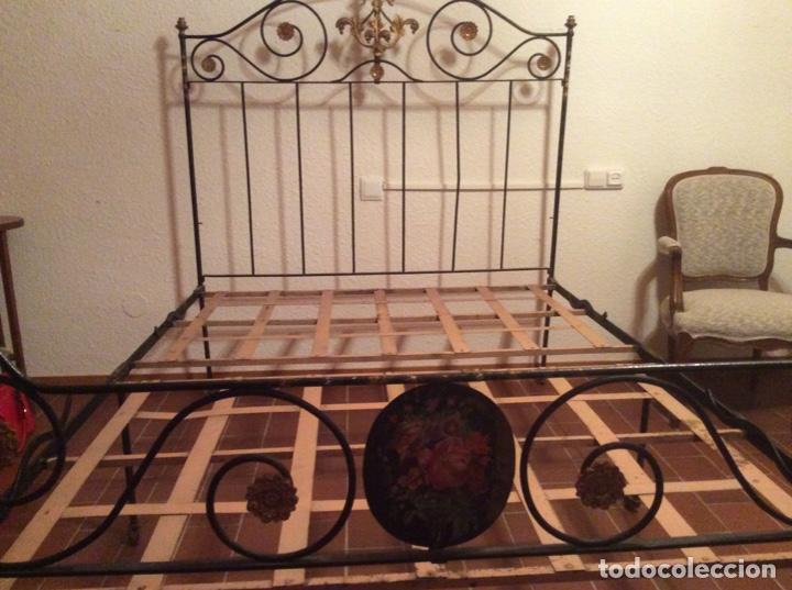 EXCLUSIVA CAMA PLEGABLE EN FORJA POLICROMADA PINTADA A MANO Y BRONCE D FINALES S.XIX PRINCIPIOS S.XX (Antigüedades - Muebles Antiguos - Camas Antiguas)