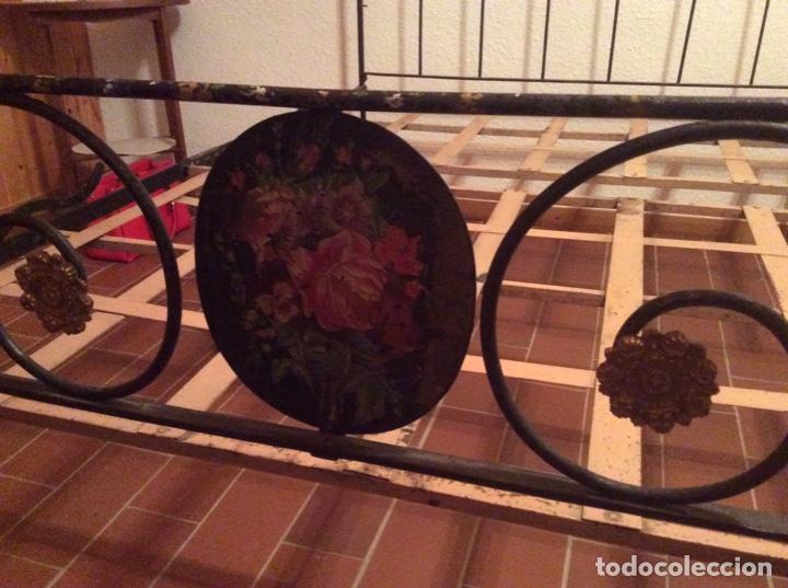 Antigüedades: Exclusiva cama plegable en forja policromada pintada a mano y bronce d finales s.XIX principios s.XX - Foto 2 - 146766782