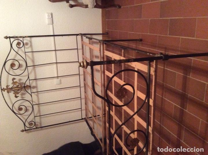 Antigüedades: Exclusiva cama plegable en forja policromada pintada a mano y bronce d finales s.XIX principios s.XX - Foto 4 - 146766782
