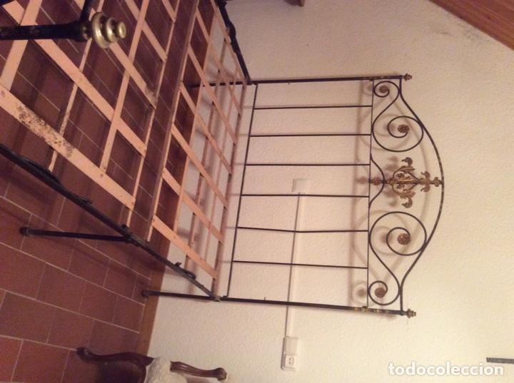 Antigüedades: Exclusiva cama plegable en forja policromada pintada a mano y bronce d finales s.XIX principios s.XX - Foto 5 - 146766782