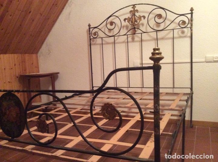Antigüedades: Exclusiva cama plegable en forja policromada pintada a mano y bronce d finales s.XIX principios s.XX - Foto 6 - 146766782