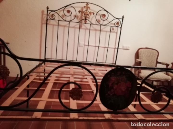 Antigüedades: Exclusiva cama plegable en forja policromada pintada a mano y bronce d finales s.XIX principios s.XX - Foto 7 - 146766782