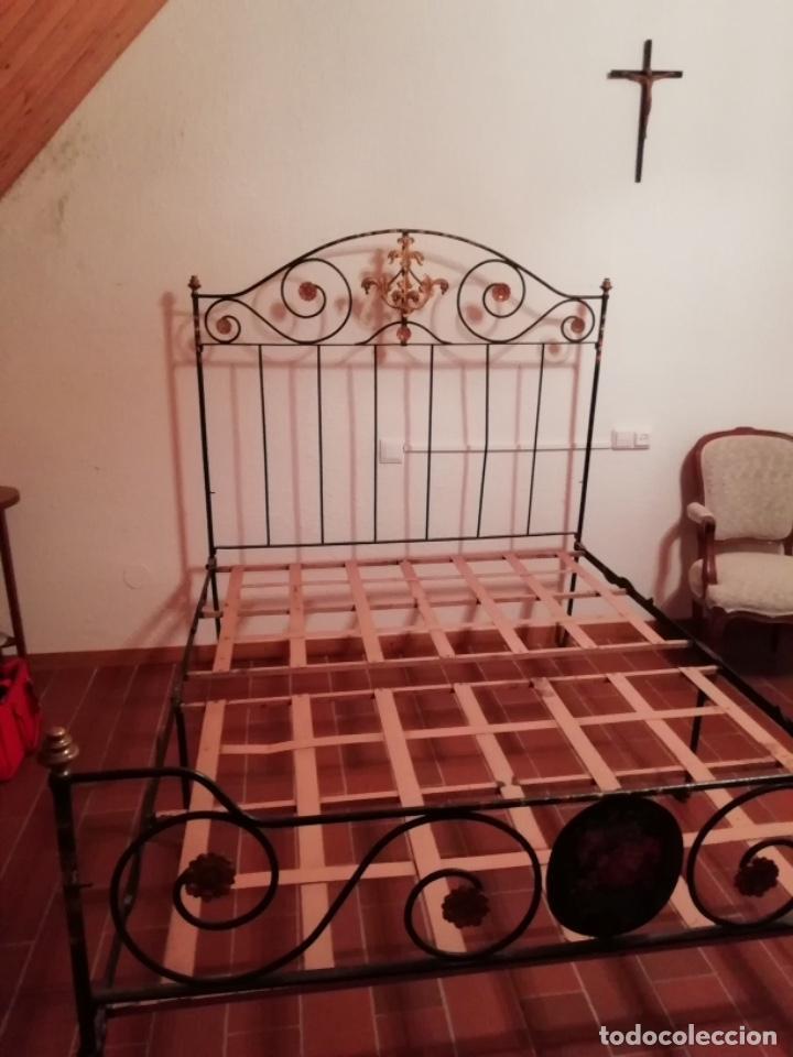 Antigüedades: Exclusiva cama plegable en forja policromada pintada a mano y bronce d finales s.XIX principios s.XX - Foto 8 - 146766782
