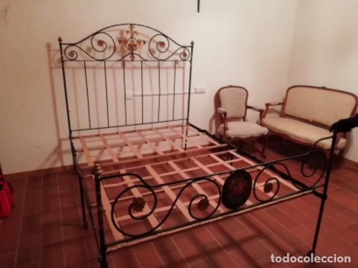Antigüedades: Exclusiva cama plegable en forja policromada pintada a mano y bronce d finales s.XIX principios s.XX - Foto 9 - 146766782