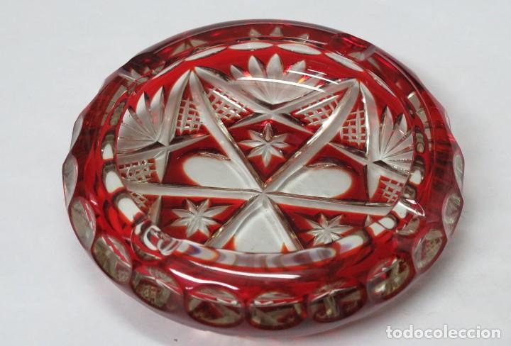CENICERO DE CRISTAL TALLADO ROJO. POSIBLEMENTE BOHEMIA (Antigüedades - Cristal y Vidrio - Bohemia)