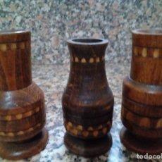 Antigüedades: TRES FLOREROS DE MADERA CON MARQUETERIA. Lote 146798890