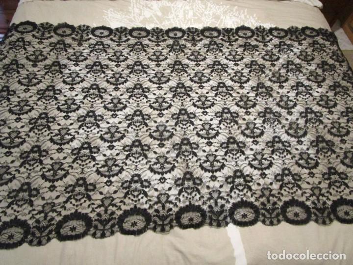 Antigüedades: antigua mantilla o manton de seda 1,1 metros x 2,10 metros - Foto 5 - 146807170