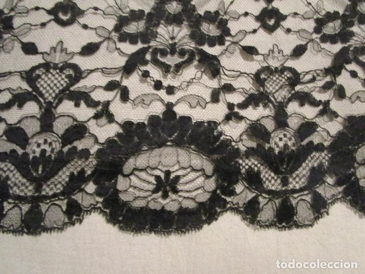 Antigüedades: antigua mantilla o manton de seda 1,1 metros x 2,10 metros - Foto 7 - 146807170